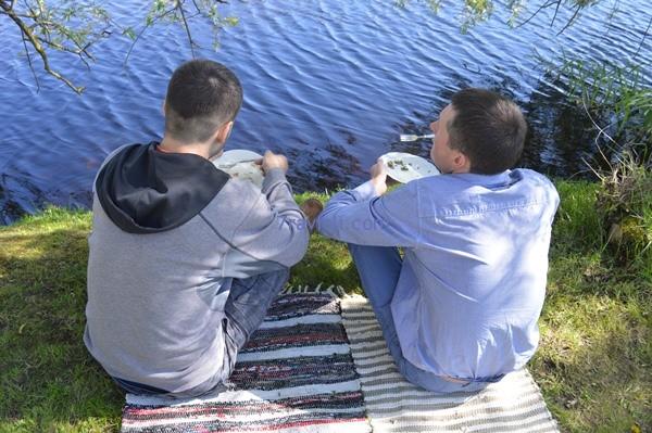 valgė lęšių ir laukinių žolių salotas, žvelgdami į Švėtę